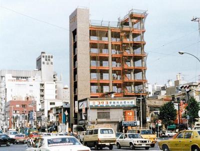 建設中の芳賀書店本店。周りにビルは少なかった=1980年ごろ、同店提供