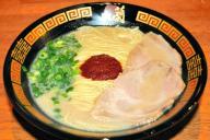 一蘭の天然とんこつラーメン。麺の硬さなどを注文票で指定する=大阪市中央区
