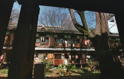 京大構内にある吉田寮=2004年3月