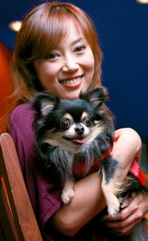 テレビドラマ「スケバン刑事Ⅲ」で共演した大西結花さんは愛犬家。オスのチワワ「ナイト」と=2007年10月30日