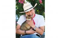 事故死した萩原さんは猫好きとして知られた=2010年8月