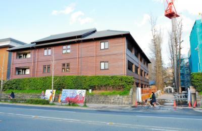 京都大学吉田寮の新棟(左)。右のイチョウ並木の奥にあるのは築100年を超える現棟=2015年3月23日、左京区