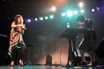 東京・恵比寿の「リキッドルーム」であったヤノカミのライブ。矢野顕子(左)とレイ・ハラカミ=2007年8月