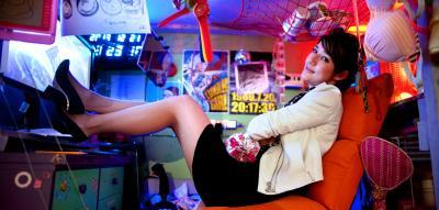 作品「ムーンウォーク☆マシン、セレナの一歩」のコックピットに座るスプツニ子!さん=2013年12月21日、東京都江東区の東京都現代美術館