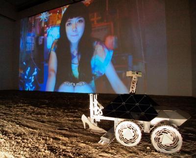 スプツニ子!さんの作品「ムーンウォーク☆マシン、セレナの一歩」(2013年)の展示