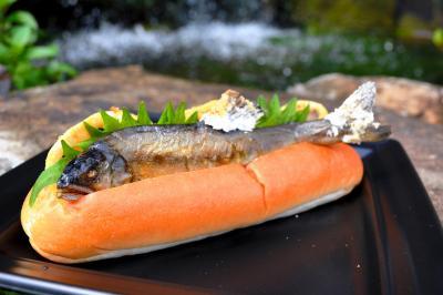 塩味とパンの甘みが意外とマッチするアユの塩焼きドッグ
