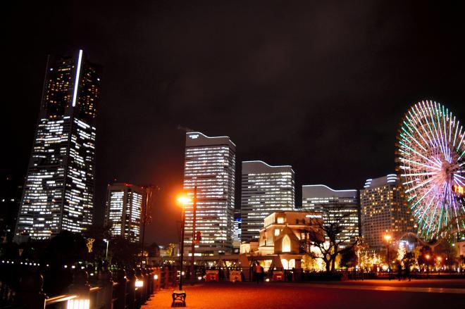 高層ビルや観覧車の光が美しい「みなとみらい」の夜。発展した横浜の自信が「じゃん」の勘違いを生んだ