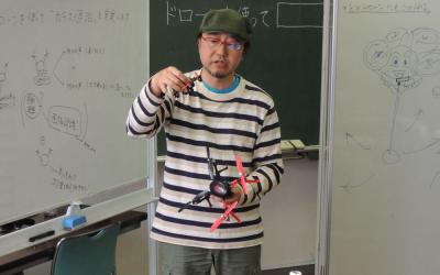 ドローンの説明をするITコラムニストで、クアッドコプター選手権では審査委員長を務める小寺信良さん