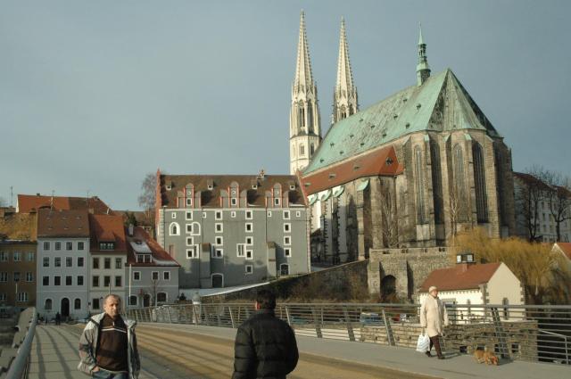 ドイツとポーランドを結ぶ歩行者専用橋。橋にはかつて国境検問所があったが、いまは人々が自由に往来する=2008年1月、金井和之撮影