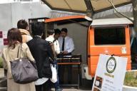 キャンパス内で販売が始まった「ハラル弁当」には連日、行列が=上智大提供