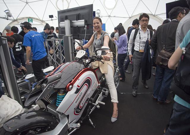 電動バイクや義手、ロボットなど新開発の製品も展示された=Petri Artturi Asikainen氏撮影