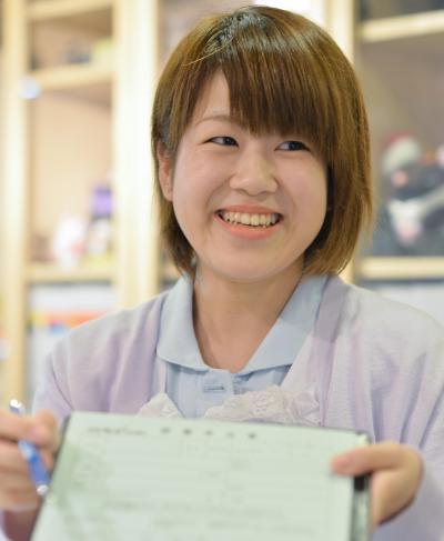 歯科助手。エプロン姿は「ここでしかできないことだから楽しみたい」と前向き=東京・新宿、瀬戸口翼撮影