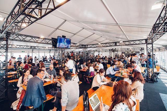 フリースペースでは起業家や投資家、メディア関係者らが自由に交流。投資について話し合うためのスペースも設けられた=Jussi Hellsten氏撮影