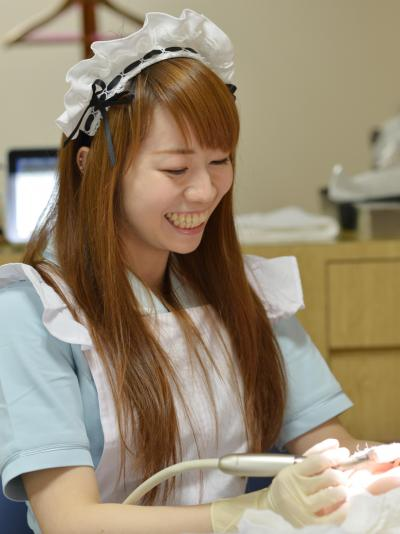 歯科衛生士の頭のフリフリカチューシャは「普段はあんまりかぶっていません」=東京・新宿、瀬戸口翼撮影