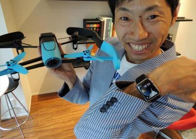 「最新のテクノロジーをお笑いにいかしていきたい」と語る谷プラスワンさん。アップルウォッチもいち早く手に入れた