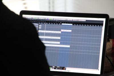 曲作りをするスタジオ。新曲は数週間かけて作り上げた