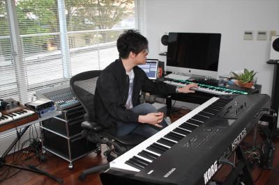 スタジオで曲を演奏する渋谷慶一郎さん