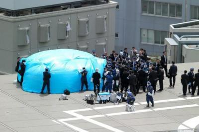 首相官邸の屋上にドローンが落下し、現場を調べる捜査員たち=2015年4月22日、首相官邸、長島一浩撮影