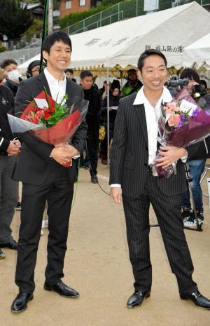 「流星ワゴン」のロケ終了後に花束を受け取った西島秀俊さん(左)と香川照之さん=福山市鞆町後地
