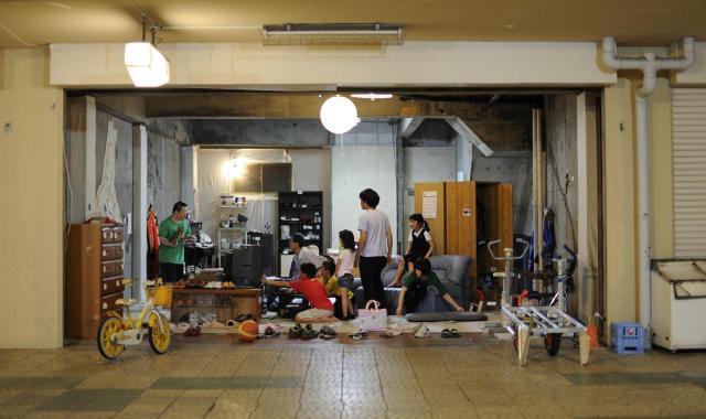 商店街の空き店舗を利用したリビングルーム。家具の物々交換の場であり、人が集まる場所にもなる