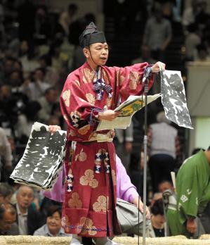 明日の取組を土俵上で読み上げる「顔ぶれ言上」=関田航撮影