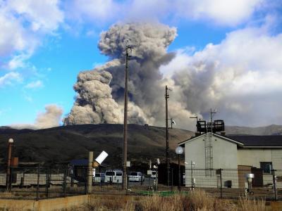 噴火を続ける火口から約1キロの場所にある阿蘇山特別地域気象観測所(手前)=2015年1月7日、熊本県阿蘇市黒川