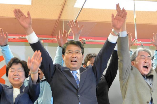 100万円寄付したら「市長」をプレゼント?(写真は、東かがわ市長選で当選を決めて万歳する藤井秀城氏=2015年4月26日)