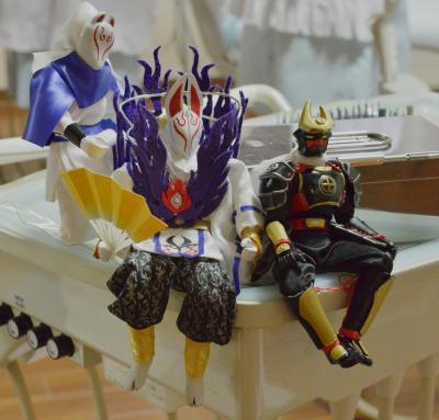 鹿児島のローカルヒーロー「薩摩剣士隼人」のフィギュアがあちこちに出現。同県出身の福元院長の手作りです=東京・新宿、瀬戸口翼撮影