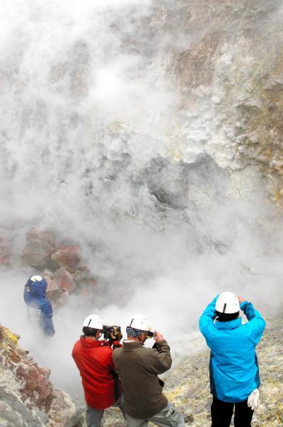 火口の地表面温度を測定する札幌管区気象台機動観測班=2012年5月28日、樽前山
