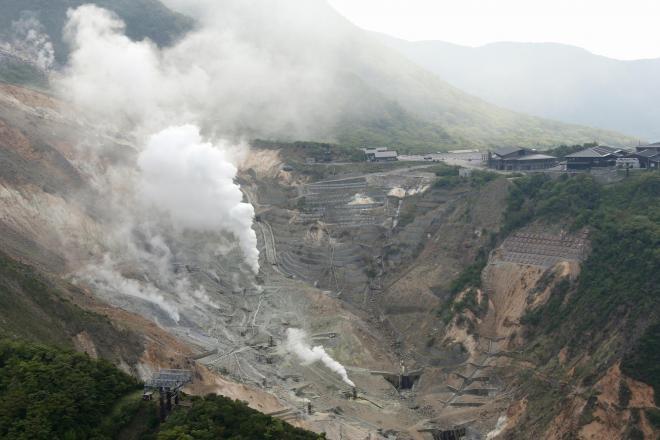 噴気を上げる大涌谷。右は観光施設=2015年5月10日、神奈川県箱根町、堀英治撮影