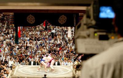 大相撲の熱戦を映すテレビカメラー2005年9月12日