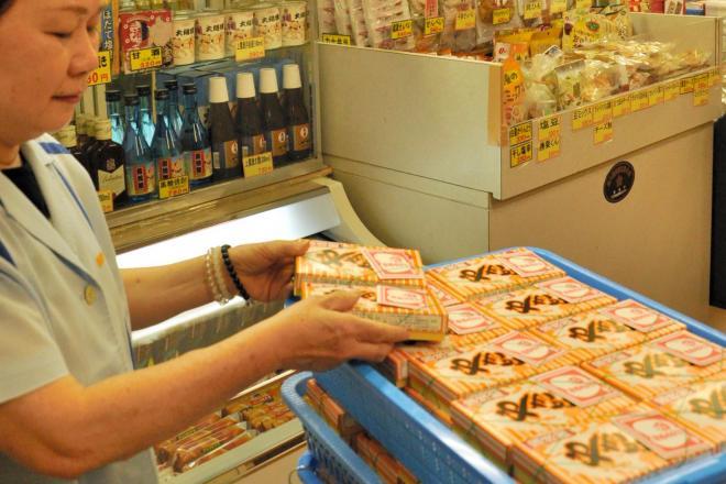 国技館の売店で平積みで売られている焼き鳥。値段は1箱650円(税込み)