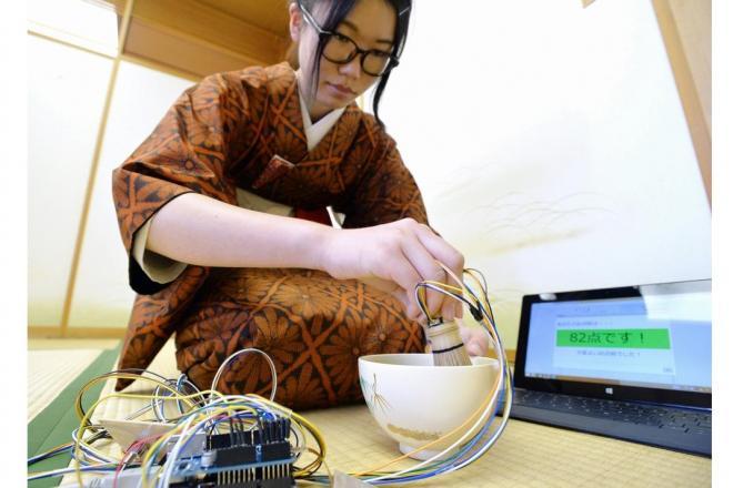 「どこでも茶道」でお点前を披露する松田佳歩さん