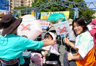 横田基地前であったオスプレイ配備への抗議集会=2015年5月17日、福生市、矢島大輔撮影