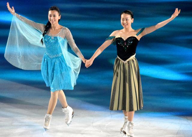 「アナと雪の女王」の主題歌に乗せて滑った浅田真央(右)と姉の舞さん=2014年7月のアイスショーで、金島淑華撮影