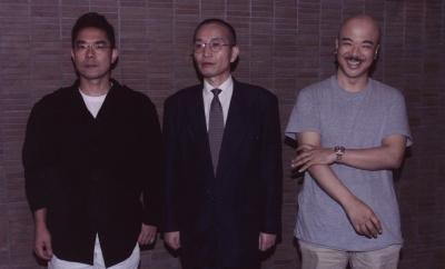 直木賞に決まった頃の車谷長吉さん(中央)、その時の芥川賞は藤沢周さん(左)と、花村萬月さん(右)だった=1998年7月23日