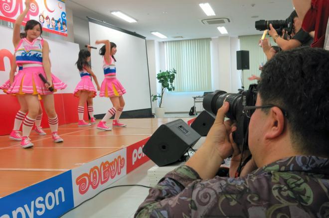 アイドルグループ「つりビット」を撮影する博多のタケさん=北九州市