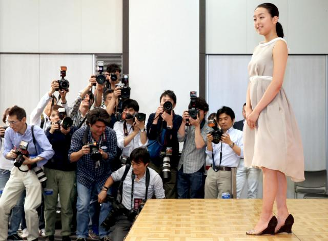 記者会見で写真撮影に応じる浅田真央=18日午後、東京都港区、飯塚晋一撮影