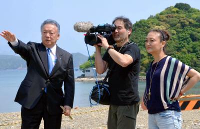 取材中の佐々木芽生監督(右)=2015年4月27日、和歌山県太地町
