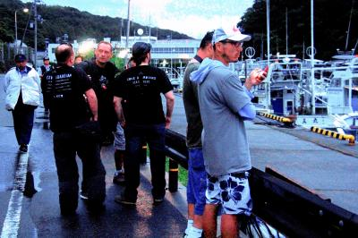 警察官が警戒するなか、港に集まったイルカ漁に反対する団体のメンバー=2014年9月1日、和歌山県太地町、杉山敏夫撮影