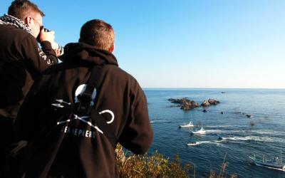 イルカを追い込む漁船を撮影するシー・シェパードのメンバーたち=2014年1月29日、和歌山県太地町