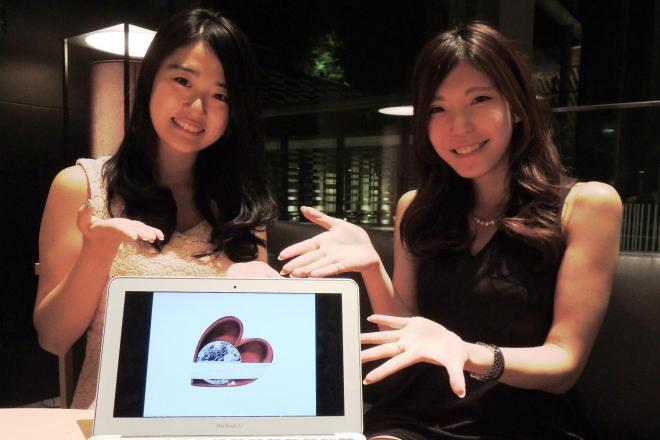 はじめて手がけた「かのこっくり」を紹介する、「ハピキラFACTORY」の正能茉優さんと山本峰華さん