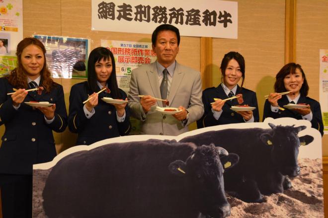 「網走監獄和牛」を試食した(左から)MAXのLINAさんとMINAさん、杉良太郎さん、「Paix2」(ぺぺ)の2人