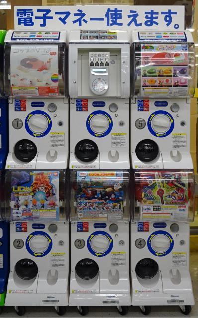 電子マネーで買えるカプセル玩具の自動販売機