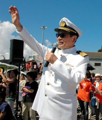 海上パレードでヨットに手を振るタモリさん=2012年8月19日、沼津市