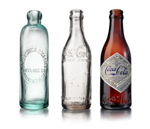 色も形状もバラバラだった1900年代初頭のコカ・コーラのボトル