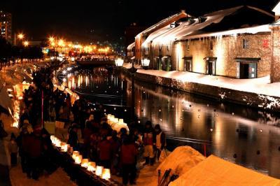 運河の水面に浮き玉キャンドルが浮かべられ、幻想的な雰囲気に包まれた=2015年2月6日、北海道小樽市、山本裕之撮影