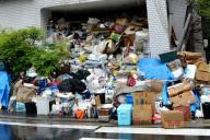 歩道にまであふれたゴミ。地元では「ごみゴミ」としてすっかり有名に