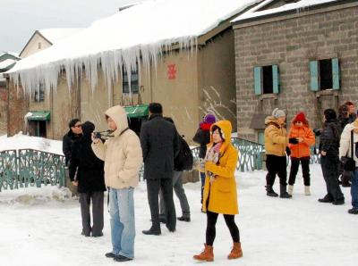 外国人観光客らでにぎわう小樽運河=2012年2月28日