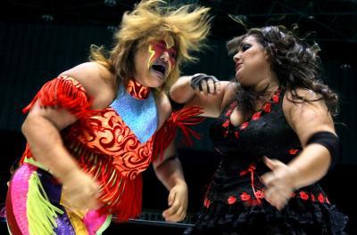 赤と黄色の顔面ペイントがトレードマークの井上京子選手(左)